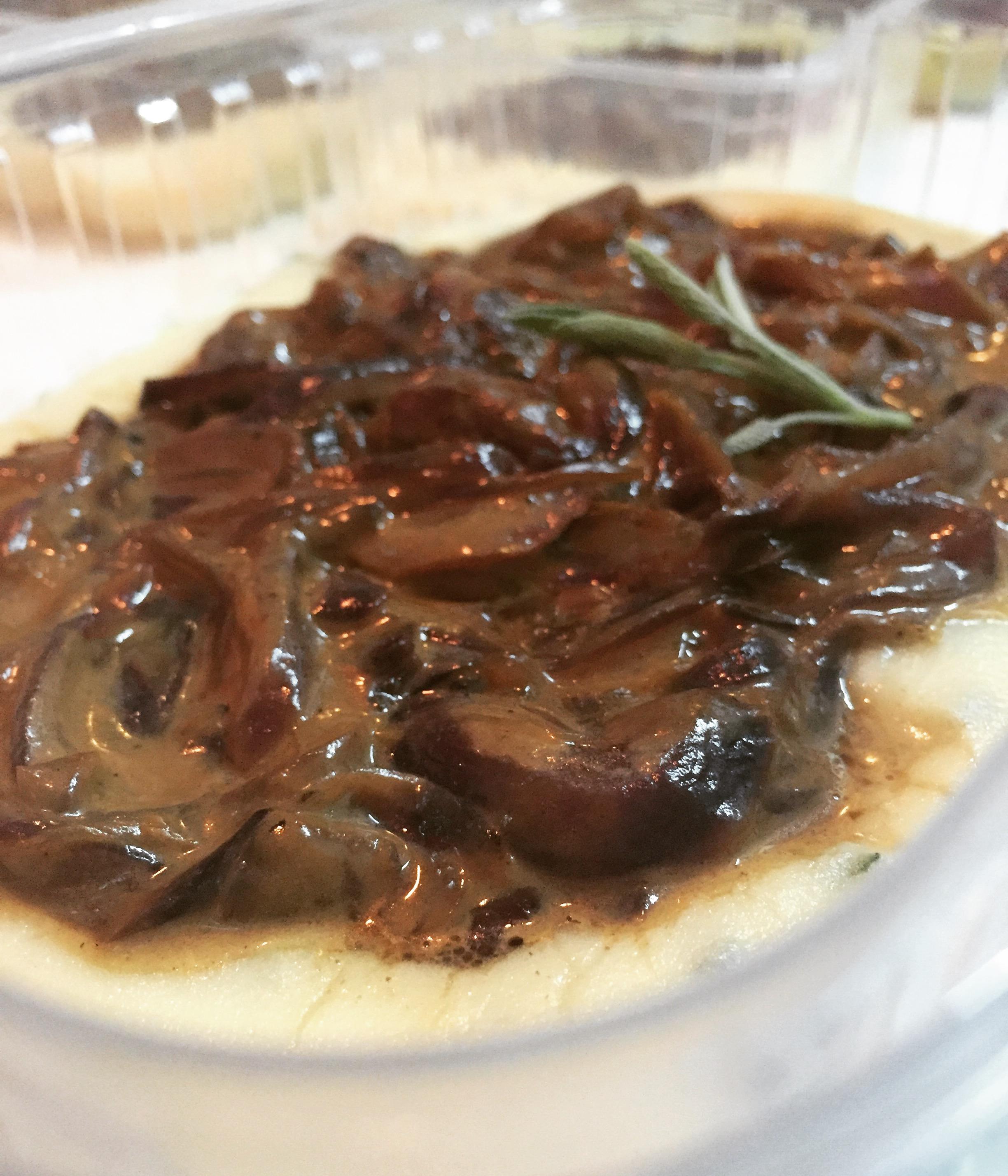 Ragu de carne com cogumelo com purê de batatas e maçã